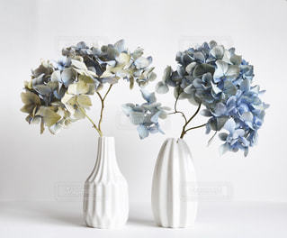 テーブルの上の花の花瓶の写真・画像素材[1850906]