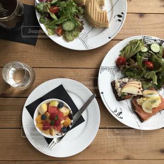 木製テーブルの上に座って食品のプレートの写真・画像素材[1851208]