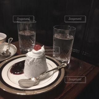 テーブルの上に座っているミキサーの写真・画像素材[1851216]