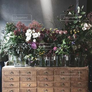 家具やテーブルの上の花瓶で満たされた部屋の写真・画像素材[1851265]