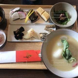 テーブルの上に食べ物のボウルの写真・画像素材[1851276]