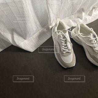白い靴のペアの写真・画像素材[1851279]