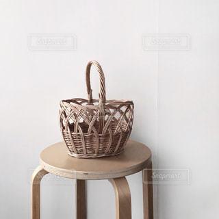 木製の椅子の上に座っている花瓶の写真・画像素材[1851313]