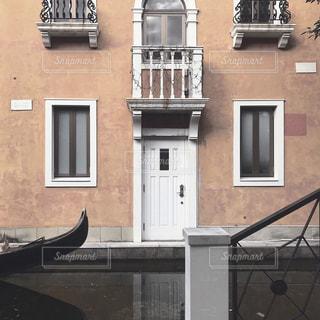 建物の前に立っている人の写真・画像素材[1851325]