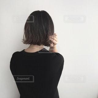 黒の t シャツの人の写真・画像素材[1851329]