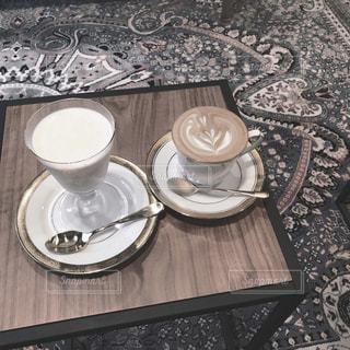 テーブルの上のコーヒー カップの写真・画像素材[1851336]