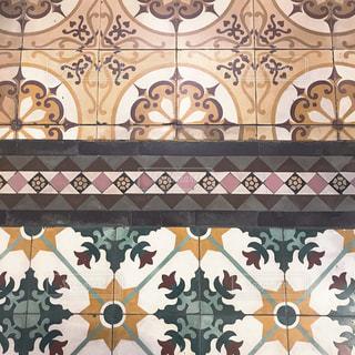 建物の側面にマウントされた大時計の写真・画像素材[1851362]