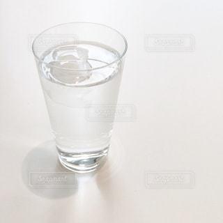 テーブルの上に水のガラスの写真・画像素材[1866630]