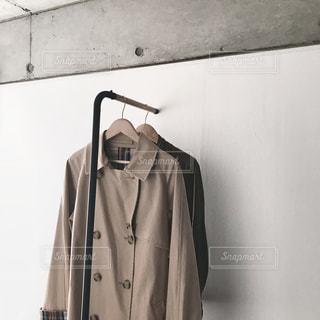 コートの前に立っている男の写真・画像素材[1866636]