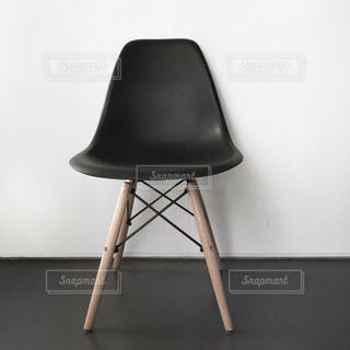 椅子に座って黒い座席と机の写真・画像素材[1866637]