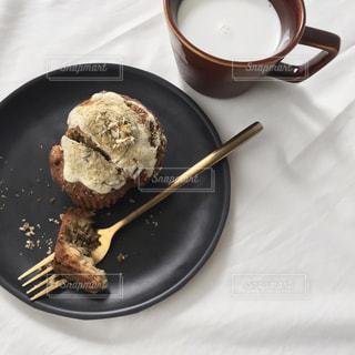 板の上に食べ物のパンの写真・画像素材[1866638]