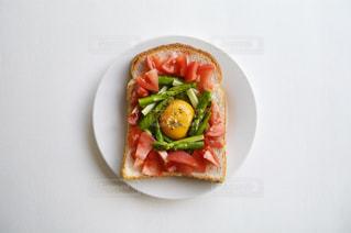 近くにプレートの上に食べ物のアップの写真・画像素材[1868702]