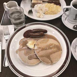 食品とコーヒーのカップのプレートの写真・画像素材[1868863]