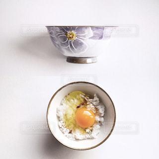 板の上に食べ物のボウルの写真・画像素材[1870734]