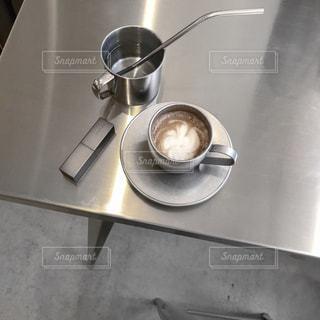 テーブルの上の銀鍋の写真・画像素材[1870738]