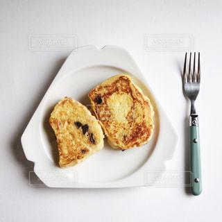 フォークで食べ物の皿の写真・画像素材[1872736]
