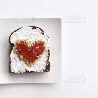 皿の上のケーキの一部の写真・画像素材[1874304]