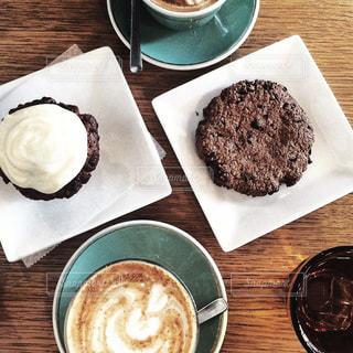 食品とコーヒーのカップのプレートの写真・画像素材[1875369]