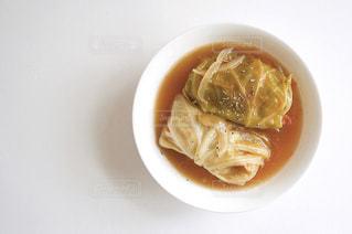白いプレートにスープのボウルの写真・画像素材[1875371]