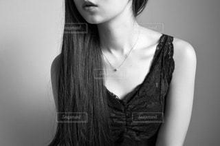 黒い髪と白いシャツを着ている女性の写真・画像素材[1878066]
