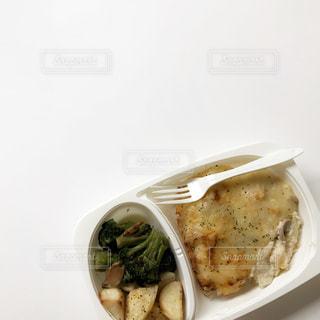 板の上に食べ物のボウルの写真・画像素材[1879821]