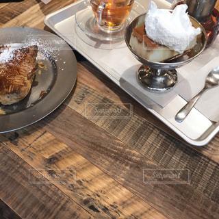 食卓の上の食べ物の皿の写真・画像素材[2090353]