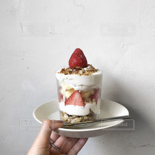 皿の上のデザートの写真・画像素材[2096683]
