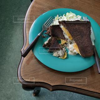 皿に一枚のケーキの写真・画像素材[2111858]