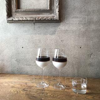 テーブルの上に1杯のワインが置かれるの写真・画像素材[2116183]
