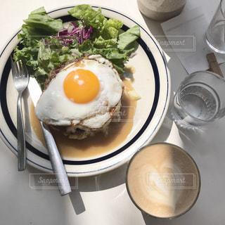 食べ物の皿とコーヒー1杯の写真・画像素材[2129260]