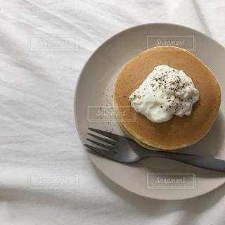 皿に一枚のケーキの写真・画像素材[2138305]