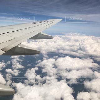 空中を飛んでいる飛行機の写真・画像素材[2179754]