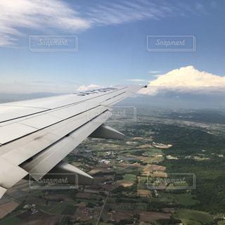 山の上にすわっている飛行機の写真・画像素材[2179756]