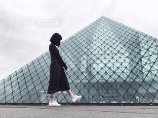 建物の前に立っている人の写真・画像素材[2223617]