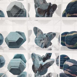 展示されているアイテムの束の写真・画像素材[2260901]