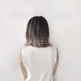 白いシャツを着た女性の写真・画像素材[2306282]