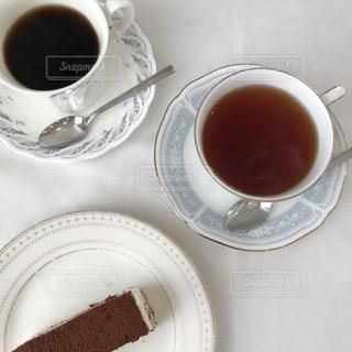 テーブルの上でコーヒーを一杯飲むの写真・画像素材[2321041]