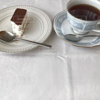 テーブルの上でコーヒーを一杯飲むの写真・画像素材[2335608]