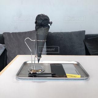 カウンターに座っている人の写真・画像素材[2340919]