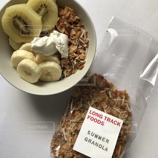 テーブルの上の食べ物の皿の写真・画像素材[2349943]