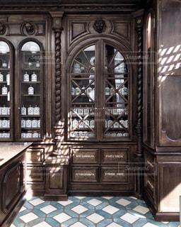 木製のキャビネットと大きな窓が備わります。の写真・画像素材[2349945]