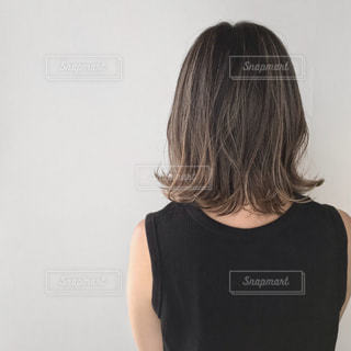 黒いシャツを着た女性の写真・画像素材[2359700]