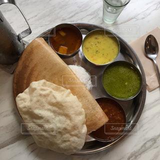 テーブルの上の食べ物の皿の写真・画像素材[2376357]