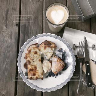 木製のテーブルの上の食べ物の皿の写真・画像素材[2414383]
