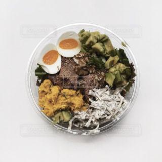 テーブルの上の食べ物の皿の写真・画像素材[2498958]