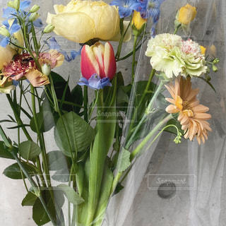 テーブルの上の花瓶に花束の写真・画像素材[2679989]