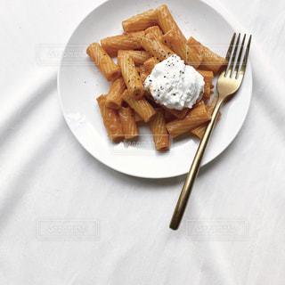 フォークとナイフを持つ食べ物の皿の写真・画像素材[2695745]