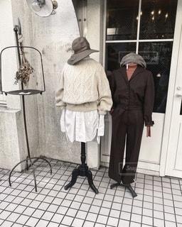 建物の前に立っている人の写真・画像素材[2695754]