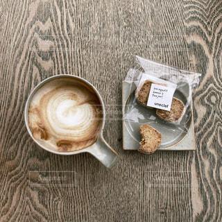 テーブルの上のコーヒー1杯の写真・画像素材[2699941]