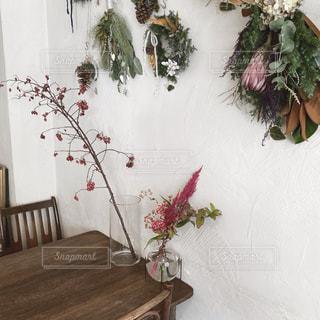 テーブルの上の花瓶の写真・画像素材[2710089]